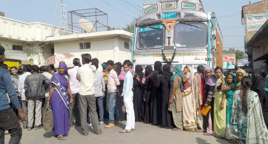 Allahabad Bank not receive cash, angry people put the jam