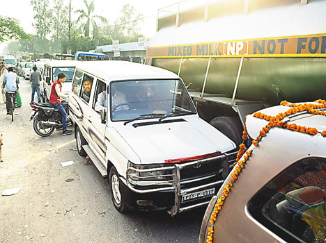 Non-receipt of money and taxing Pihani Hardoi-Pihani put the jam on road