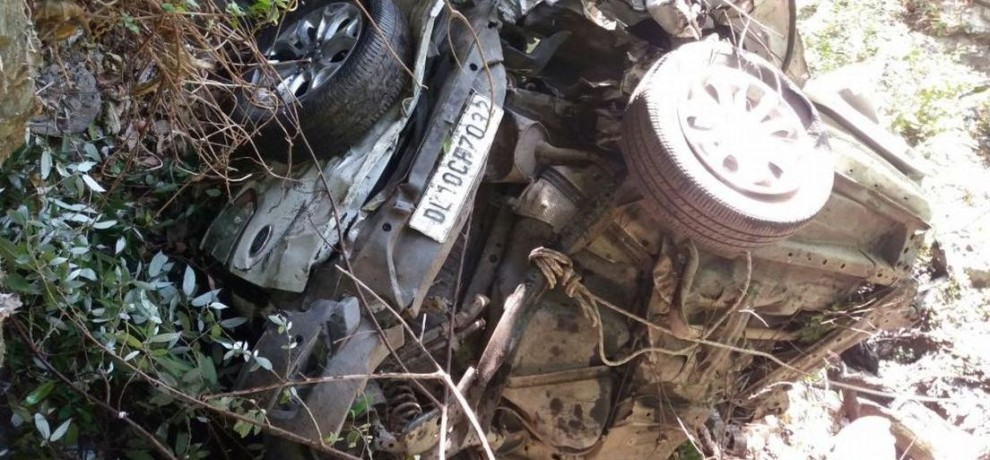 Car falls into ditch,  four kill