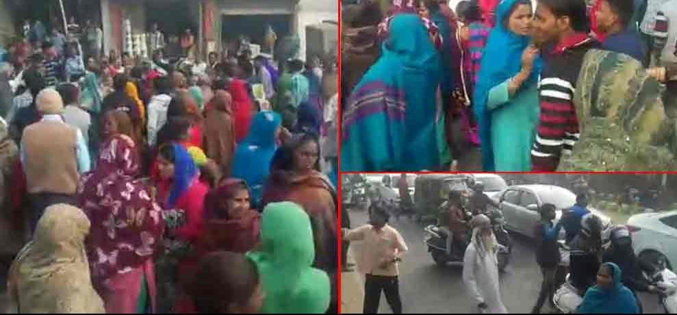 people protested on road after bank denied to give cash after demonetization in ghaziabad