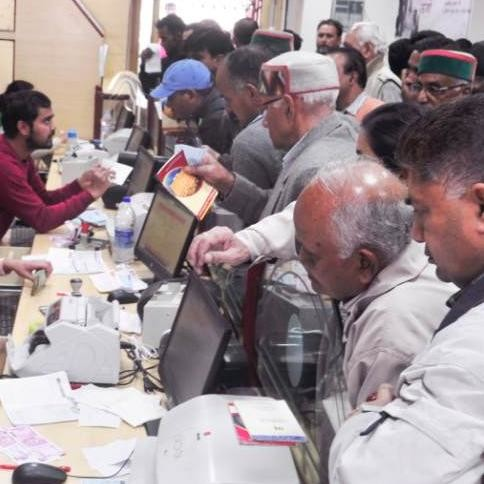 Demonetisation: pensioners, employees faces problem for salary payment in banks on 1st December