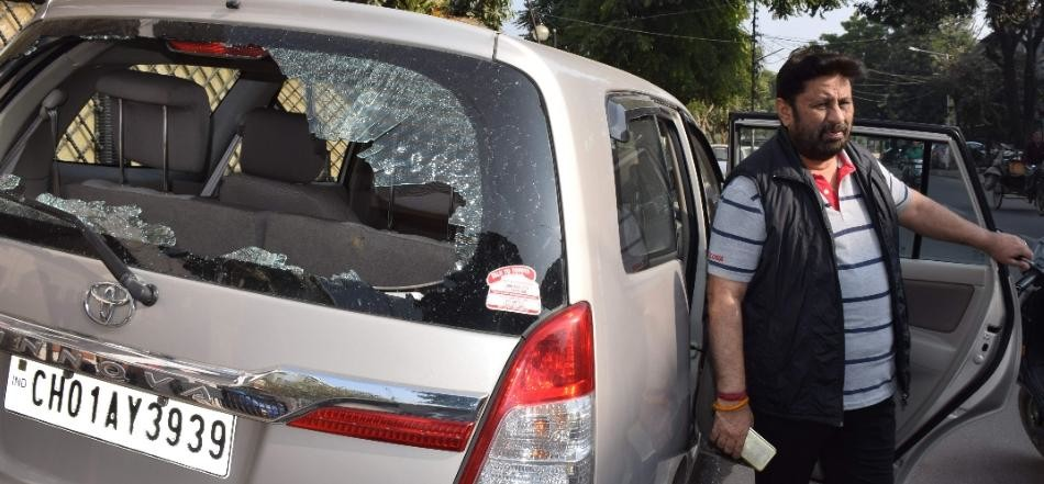 8 people including Chhabra cars glass broked