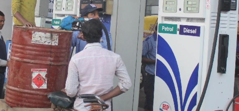 People purchase petrol in drum for using 500 old notes