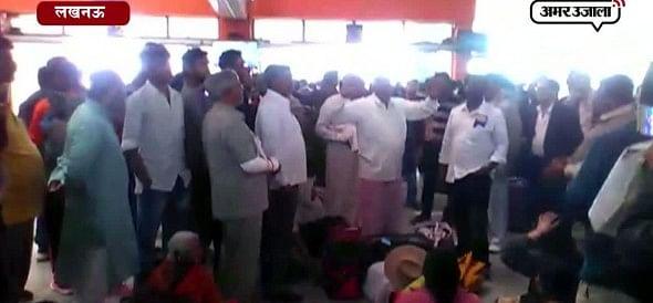 लखनऊ एयरपोर्ट पर यात्रियों का हंगामा