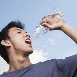 ज्यादा पानी पीने से हो सकता है नुकसान, दिमाग पर पड़ता है असर