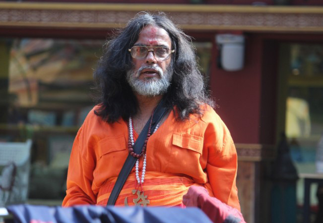 BIGG BOSS: Swami Omji pees in the kitchen area