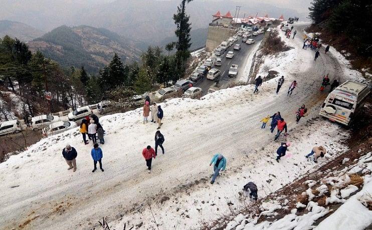 शीतलहर से ठिठुरा उत्तर भारत, घने कोहरे ने रोकी 103 ट्रेनों की रफ्तार