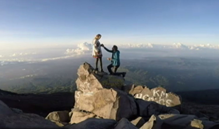 boyfriend propose his girlfriend at the top of volcano