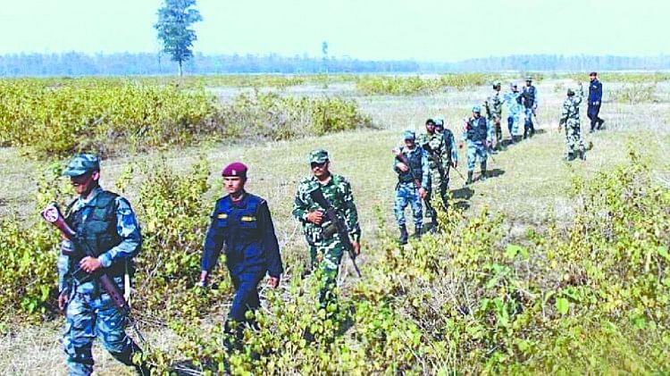 भारत नेपाल सीमा पर पैट्रोलिंग करते सुरक्षा कर्मी।