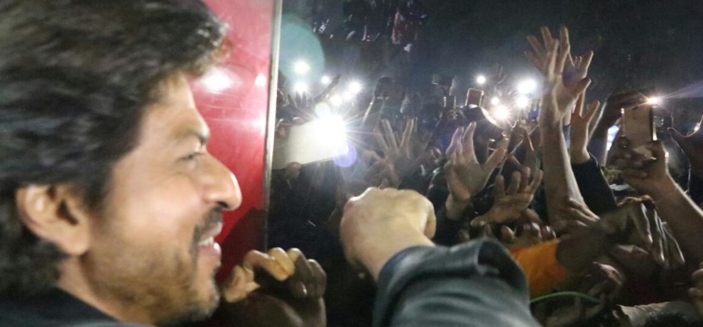 Crowd goes out of control on seeing Shah Rukh and Sunny Leone