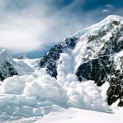 जम्मू-कश्मीर: लद्दाख में बर्फीले तूफान में दबे 10 पर्यटक, सेना का सर्च ऑपरेशन जारी