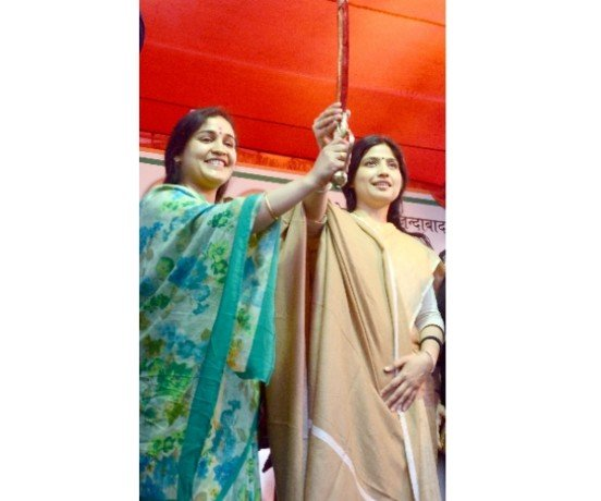 dimple yadav campaigns for aparna yadav in Lucknow cantt.