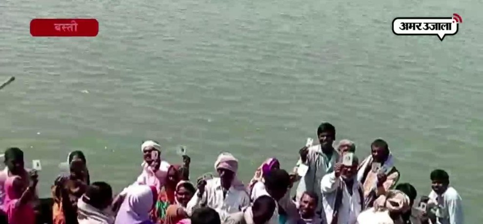 Voters took boat to go to polling station in Basti