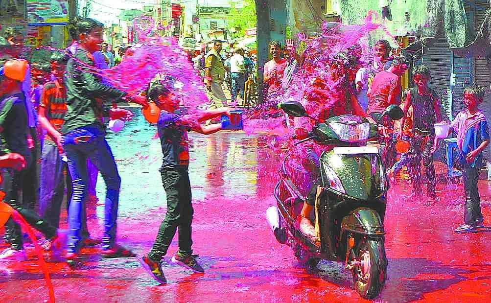 Holi Hurdang From City To Village - शहर से गांव तक होली का हुड़दंग - Amar Ujala Hindi News Live