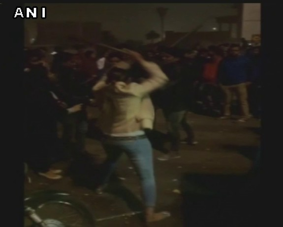 Girl thrashes eve-teasers with stick in lucknow