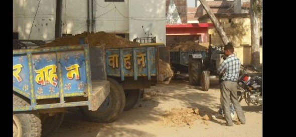 11 tractor-trolley seals doing illegal mining