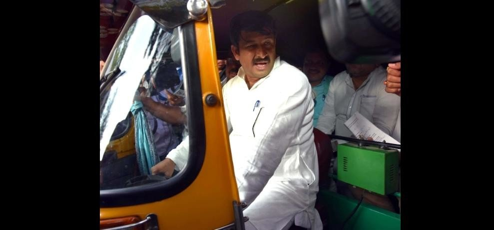 manoj tiwari rides auto rikshaw and auto drivers and muslims joins bjp in delhi