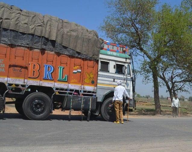 ओवरलोड ट्रकों को पास कराने के एवज में वसूली मामले की जांच कर रही एसआईटी ने सरगना धर्मपाल सिंह समेत छह आरोपितों के बैंक रिकॉर्ड को मांगा है।