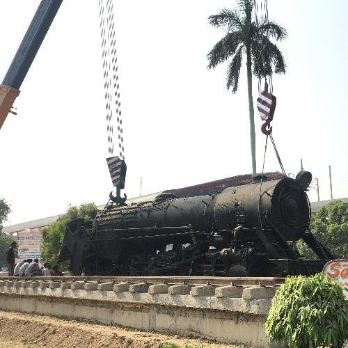 steam engine brought from gujrat for lucknow charbagh railway station