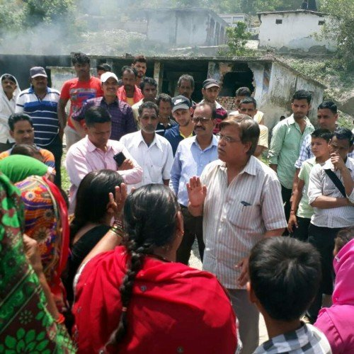 women burnt wine shop in uttarakhand