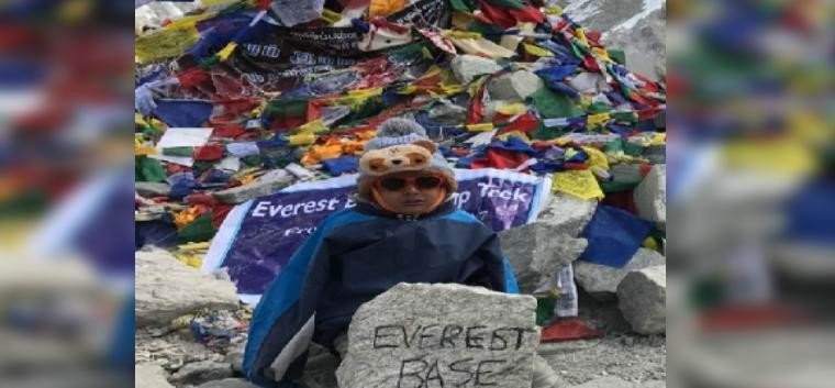 4 year boy wandered tricolor on the Everest base