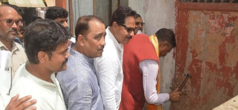 mla broke the lock of toilet with hammer