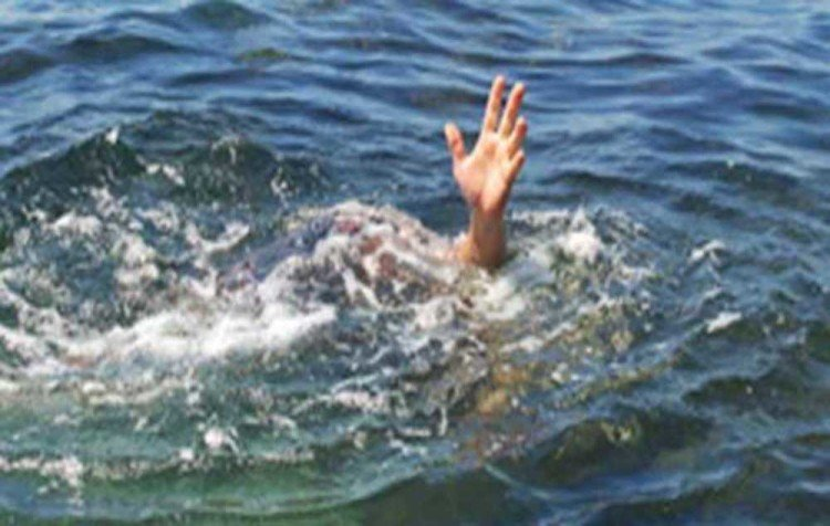 boys throw photographer in Ganga