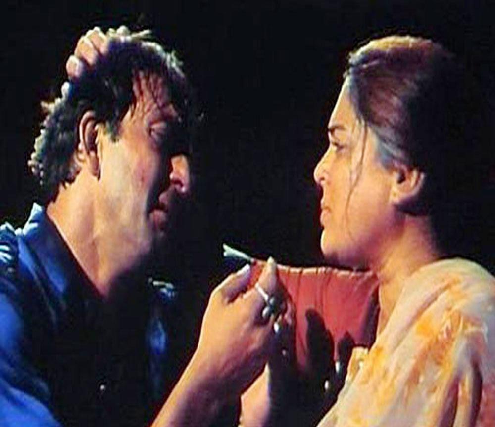 Reema Lagoo Killing Sanjay Dutt In 'vaastav', Unknown Facts, Reema Lagoo Death Anniversary - 'बेटे' को गोली मारने के लिए पिस्तौल थामते वक्त पसीने से नहा गईं थीं रीमा लागू - Amar