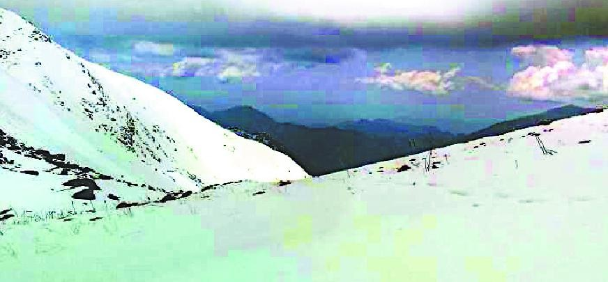 Munshari student wing stuck in Avalanche