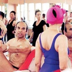 भारतवंशी 'हॉट योगा गुरु' बिक्रम चौधरी की बढ़ी मुसीबतें, अरेस्ट वारंट जारी