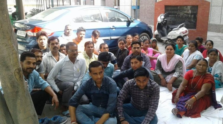 Ghaziabad: Sanjay Nagar district hospital ward boys are on strike for salary