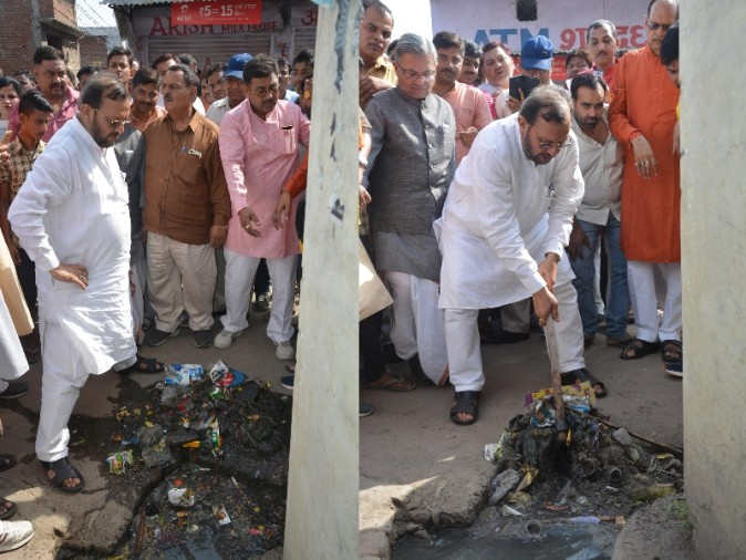 uttar pradesh cabinet minister cleans sewer in Lucknow.