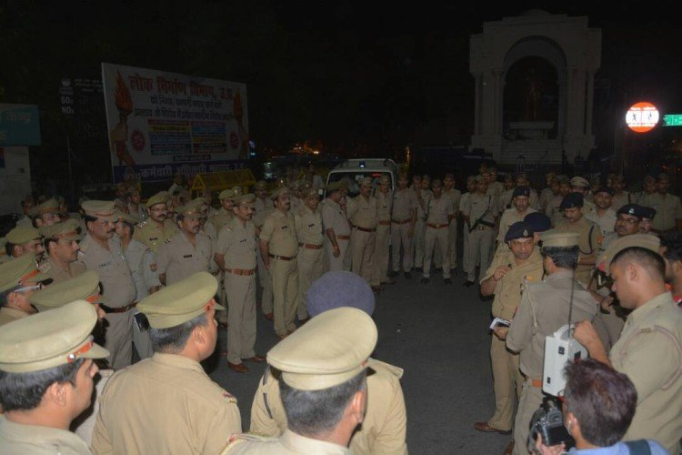 Lucknow SSP deepak kumar instructs police men at mid night in Lucknow.