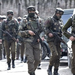 अनंतनाग में आतंकियों के साथ मुठभेड़ जारी, हिज्ब कमांडर समीर टाइगर के फंसे होने की आशंका