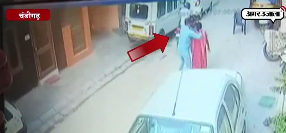CHAIN SNATCHING AT CHANDIGARH SECTOR 56 RECORDED IN CCTV CAMERA