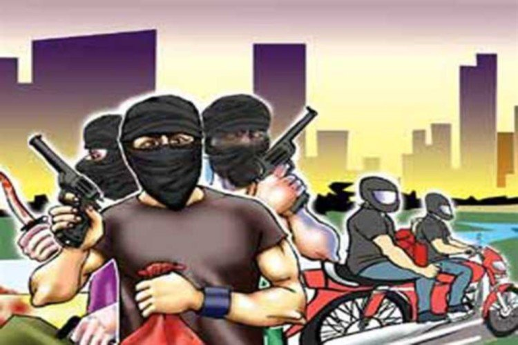 Police arrested a group who did loot with the help of girls
