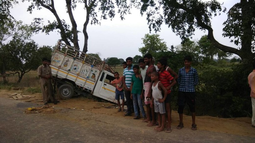 in etah one died in accident after vehicle dis-balanced on road
