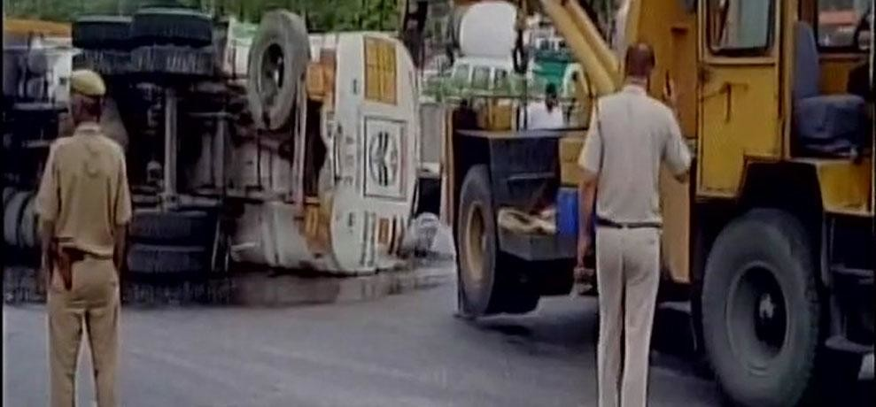 20,000 litres of petrol gets spilled on road as tanker overturned at Moolchand Underpass,2 injured