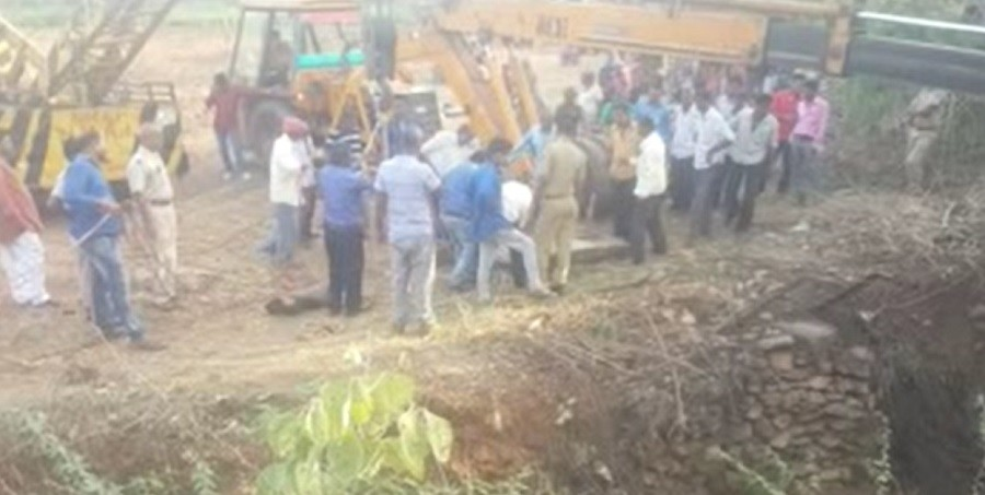 one died after a tractor fallen into an open well in udaipur