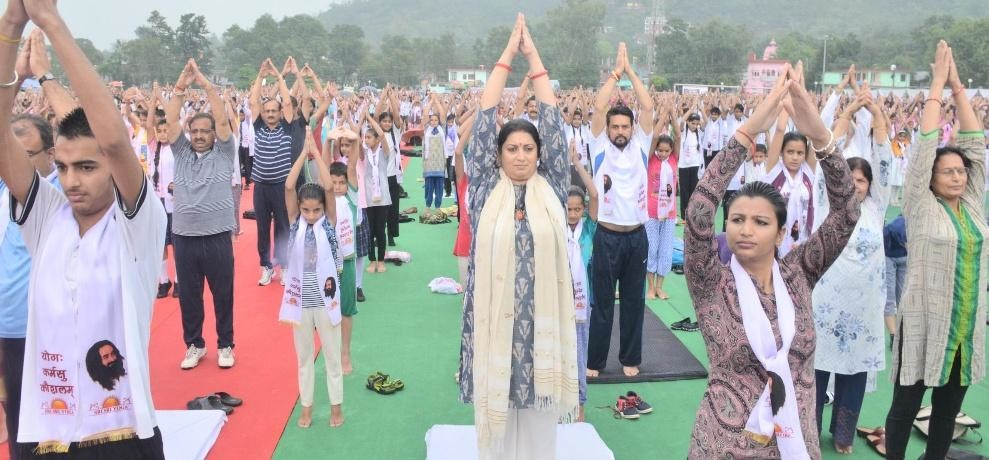 Smriti Irani performed yoga in Sujanpur on International Yoga Day