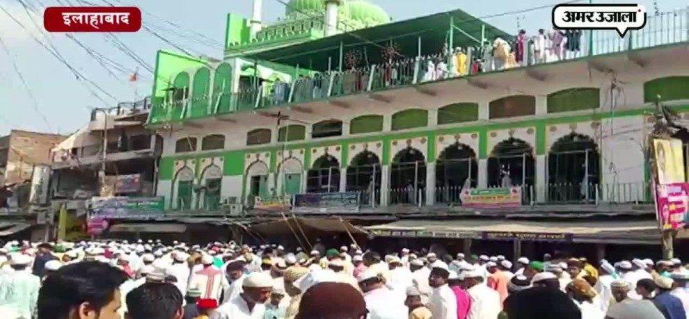 AFTER EID PRAYERS ON EID EVERYONE GREETED EACH OTHER WITH HUG IN ALLAHABAD