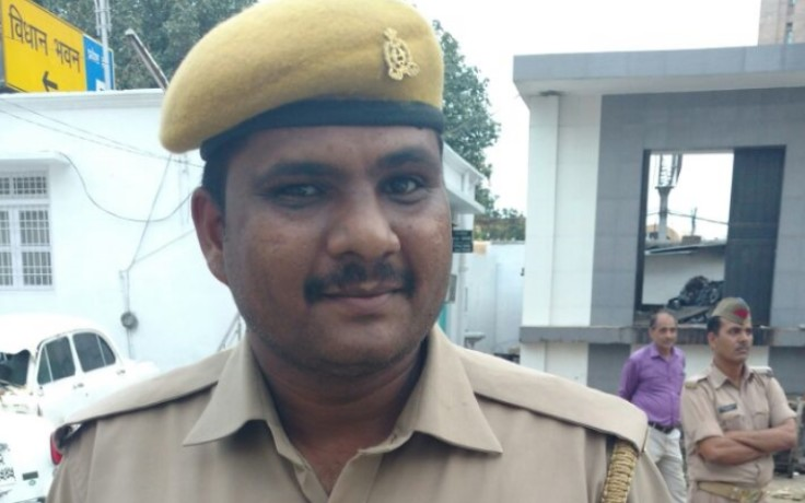security guard stops ADG zone lucknow to enter in assembly with out pass