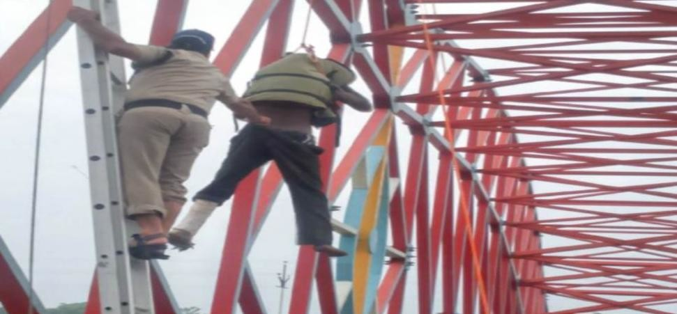 police save old man commit suicide from bridge in har ki pauri
