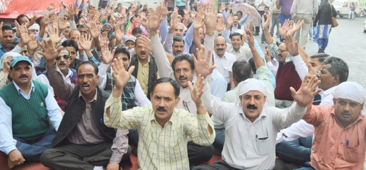 protest by electricity board employees