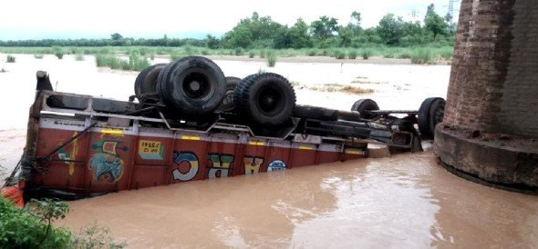 truck fall in river, barwala news