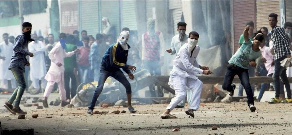 youth pelted stones on forces at Pakherpora Bus Stand, budgam