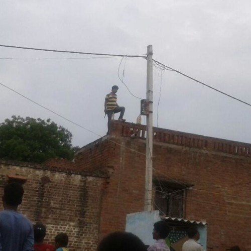man climb on roof for suicide in firozabad after second marriage of wife
