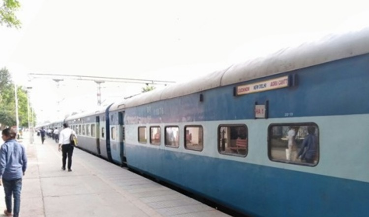 two men thrown out of train in palwal one died in delhi agra passenger train
