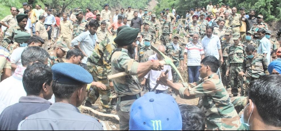 himachal landslide in mandi 400 army and ndrf jawans in rescue operation