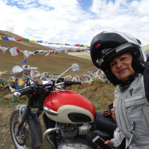 biker pallavi faujdar runs bike on umling law pass and creates record.